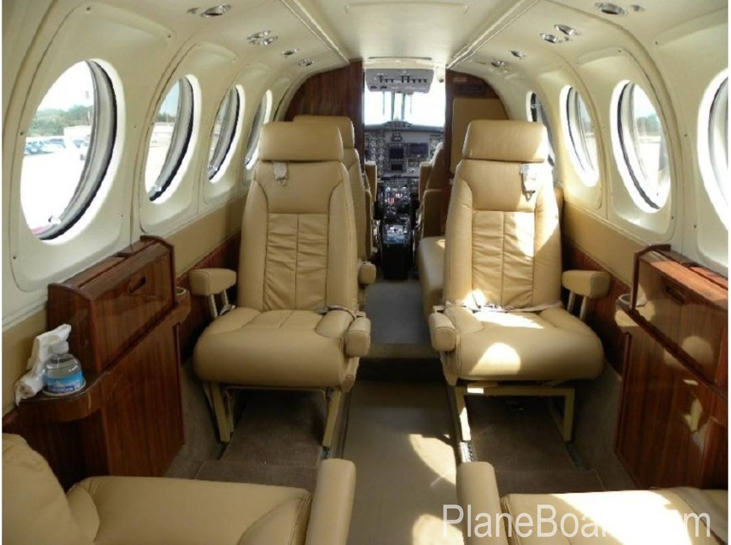 1977 Beechcraft King Air 200 exterior 1